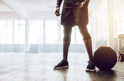 Тренировка парня Crossfit на спортзале стоковые изображения rf
