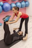 Тренировка пар в спортзале стоковые изображения rf