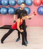 Тренировка пар в спортзале Стоковые Изображения