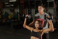 Тренировка пар с гантелями в спортзале спорта стоковые изображения rf