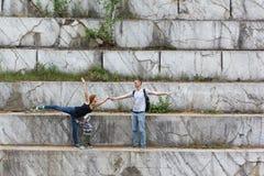 Тренировка пар танцев на перемещении в свободном времени в мраморной яме стоковые фото
