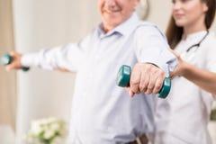 Тренировка пенсионера с гантелями Стоковая Фотография