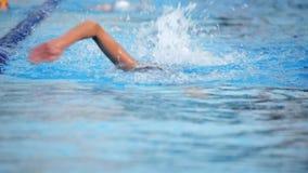 Тренировка пловца в бассейне видеоматериал