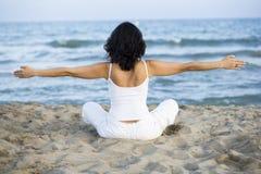 тренировка пляжа делая йогу женщины стоковое фото rf