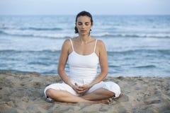 тренировка пляжа делая йогу женщины стоковые изображения rf