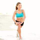 тренировка пляжа протягивая женщину Стоковые Изображения RF
