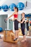 Тренировка простирания сухожилия pilates беременной женщины Стоковое Фото