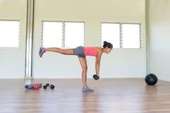 Тренировка прочности женщины спортзала фитнеса с весами Стоковая Фотография