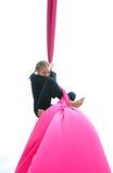 Тренировка ребенка Ccared на воздушных шелках, над белизной Стоковые Изображения