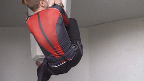 Тренировка релаксации дилетанта весьма в альпинизме молодой атлетический парень взбирается на утесе на взбираясь стене медленно сток-видео