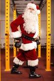 Тренировка Санта Клауса перед рождеством в спортзале - kettlebells Стоковое фото RF
