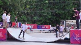 Тренировка скейтборда в Sokolniki сток-видео