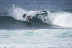 Тренировка спортсмена занимаясь серфингом Стоковые Изображения