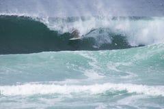 Тренировка спортсмена занимаясь серфингом Стоковое Фото