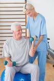 Тренировка старшего человека с его терапевтом Стоковая Фотография