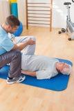 Тренировка старшего человека с его тренером Стоковые Изображения RF