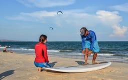 Тренировка студентов школы серфинга на пляже стоковое фото