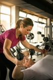 Тренировка тренера работая с старшей женщиной в спортзале стоковые изображения