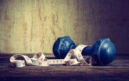 Тренировка фитнеса, концепция потери веса, гантели, и measur Стоковая Фотография RF