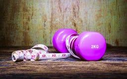 Тренировка фитнеса, концепция потери веса, гантели, и measur Стоковое Изображение