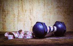Тренировка фитнеса, концепция потери веса, гантели, и measur Стоковые Фото