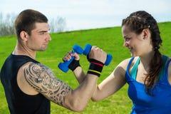 Тренировка фитнеса с гантелями Стоковые Фото