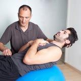 Тренировка хруста на шарике медицины Стоковое фото RF