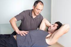 Тренировка хруста на шарике медицины Стоковое Изображение
