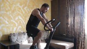 Тренировка человека на велотренажере дома акции видеоматериалы
