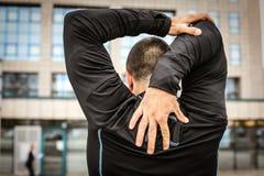 Тренировка человека работая От задней части стоковое фото rf