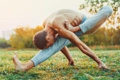 Тренировка человека Yogi стоковые фотографии rf