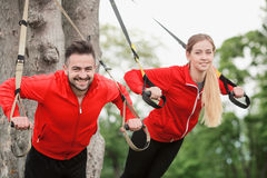Тренировка человека и женщины спорта в парке Стоковые Изображения RF