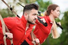 Тренировка человека и женщины спорта в парке Стоковое фото RF