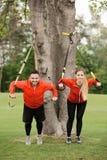 Тренировка человека и женщины спорта в парке Стоковая Фотография