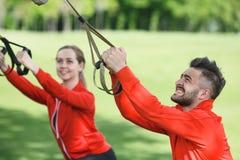Тренировка человека и женщины спорта в парке Стоковая Фотография RF