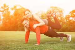 Тренировка человека и женщины спорта в парке Стоковое Фото