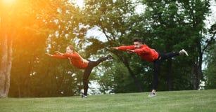 Тренировка человека и женщины спорта в парке Стоковые Фотографии RF