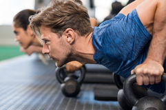 Тренировка человека с kettlebells Стоковая Фотография