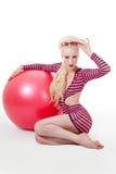 тренировка шарика представляя детенышей женщины Стоковые Фотографии RF