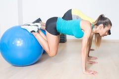 Тренировка шарика фитнеса стоковая фотография rf