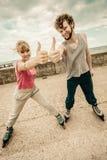 Тренировка 2 людей на rollerblades езды взморья Стоковое Изображение