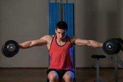 Тренировка для повышения гантели плеч бокового Стоковое Фото