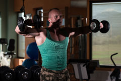 Тренировка для повышения гантели плеч бокового Стоковое Изображение RF