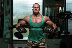 Тренировка для повышения гантели плеч бокового Стоковые Изображения RF