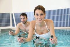 Тренировка Aquabike в институте здравоохранения стоковое фото