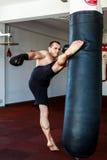 Тренировка Kickboxer в спортзале Стоковые Изображения RF