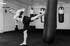Тренировка Kickboxer в спортзале Стоковая Фотография