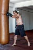 Тренировка Kickboxer в спортзале Стоковое фото RF