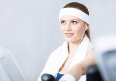 Тренировка Sportswoman на оборудовании спортзала в спортзале Стоковое фото RF
