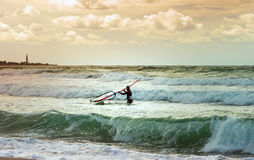 Тренировка Windsurfer отдыха воды плавания спорта виндсерфинга моря активная Стоковая Фотография RF
